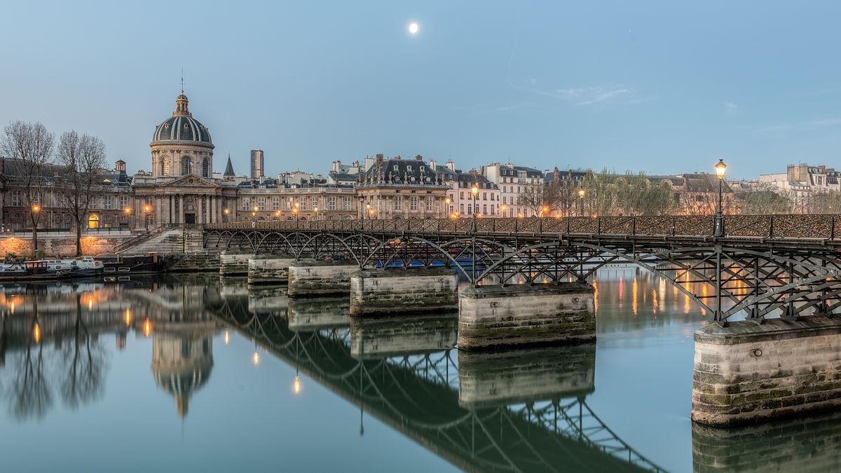 Pont_des_Arts,_6e_Arrondissement,_Paris_(HDR)_20140320_1